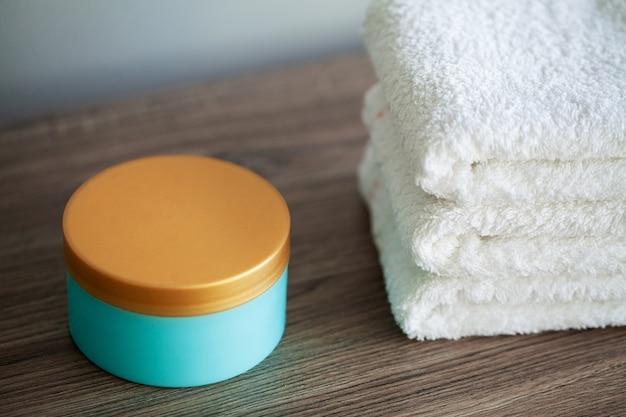 スパ、スパ浴室で使用する白い綿タオル。