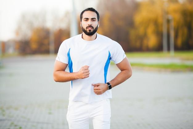 Фитнес. молодой человек работает в городской среде