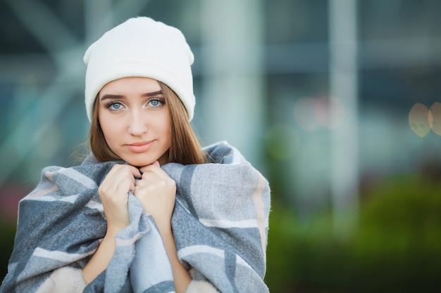 風邪やインフルエンザ。秋の服を着て女性が病気や咳をする