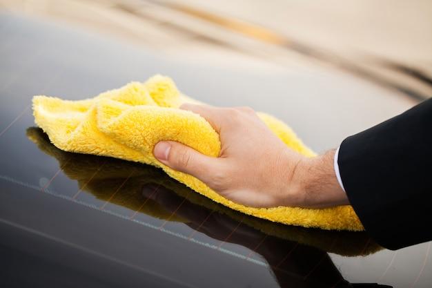 車を掃除します。車の清掃と研磨用のマイクロファイバー