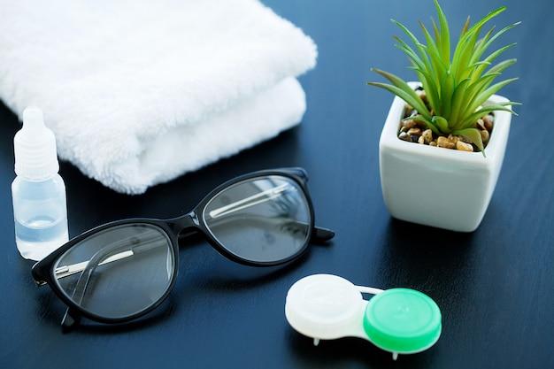 視力を改善するためのコンタクトレンズのクリーニングと保管用のメガネと物体