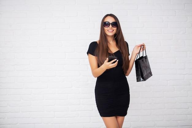 ショッピング。割引空白を保持している女性