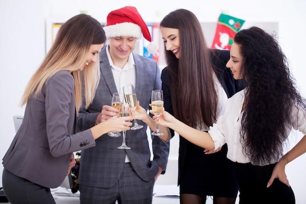 Деловые люди празднуют рождество.