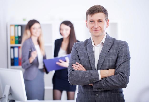 オフィスでのプレゼンテーションと同僚のトレーニングを行う男。
