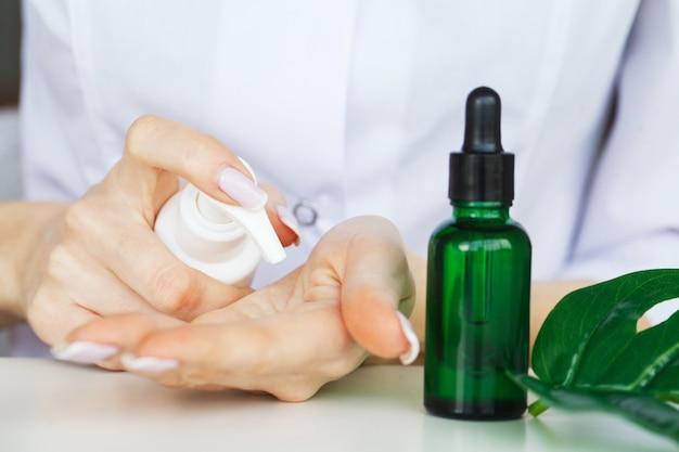 医学。自然有機医学とヘルスケア、代替植物医学、実験用ガラス器具における乳鉢とハーブの抽出