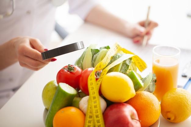 ダイエット。フィットネスと健康食品のダイエットコンセプト。野菜とバランスの取れた食事。自然食品と健康的なライフスタイルのコンセプト