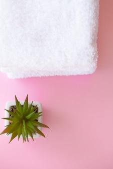 スパ。白いボディタオルを巻いた。タオルのコンセプト。ホテルおよびマッサージ店の写真。純度と柔らかさ。タオル織物。