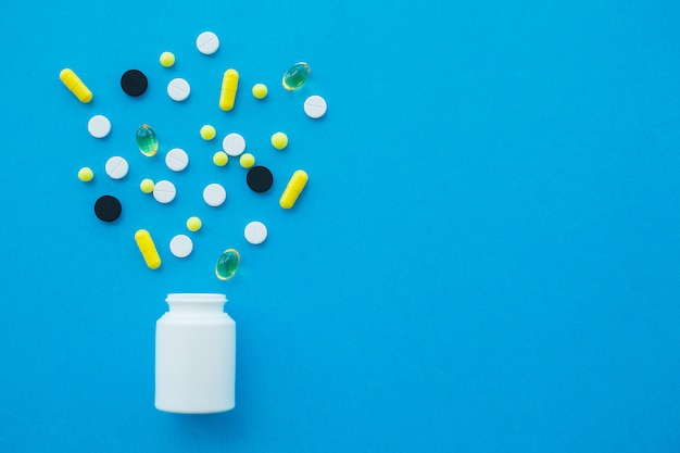 医療薬。着色された丸薬とカプセル。薬局のテーマ、パッケージ内の抗生物質を含むカプセルの丸薬