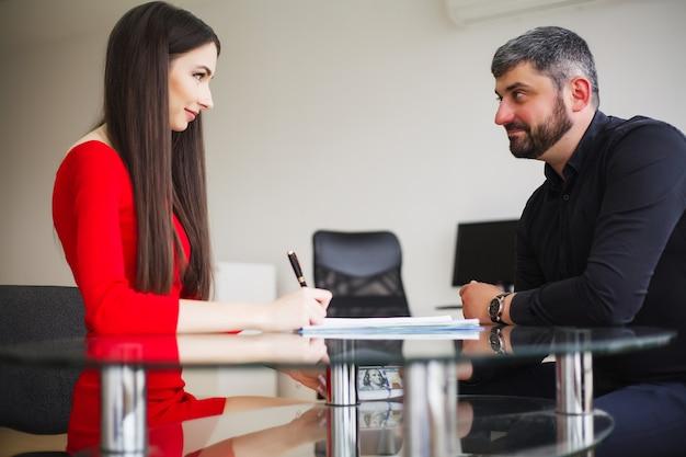 ビジネスの女性は男性にお金を与えます。