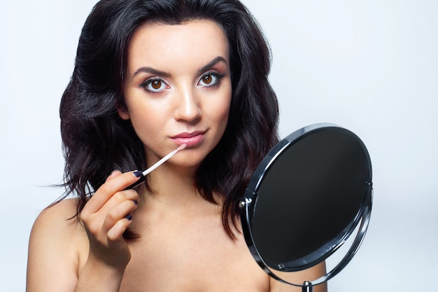 顔の化粧品で華やかな女性。