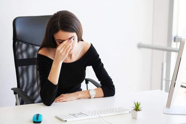 疼痛。病気、頭痛、痛みを伴う体の痛みを感じている女性実業家