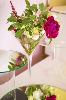 Букет цветов в стеклянной вазе на обеденном столе