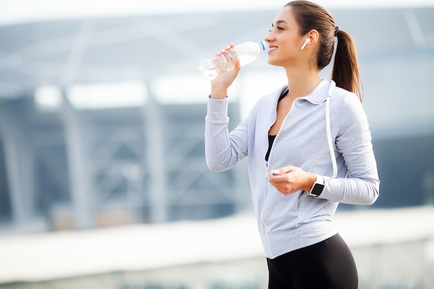都市環境でのスポーツ演習後のスポーツ女性