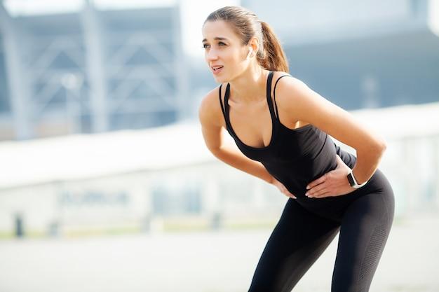 フィットネス、路上でトレーニング運動をしている女性