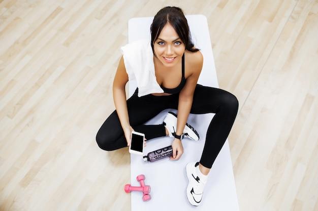 健康的なライフスタイル、ジムで運動を行うフィットネス女性
