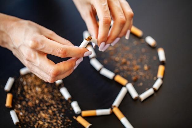 Бросить курить концепции со сломанными сигаретами. куча сигарет. не курить