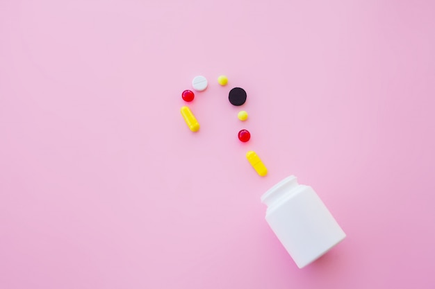 Крупным планом таблетки. пищевые добавки. разнообразные таблетки. витаминные капсулы