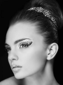 Портрет красивой молодой девушки с модным макияжем