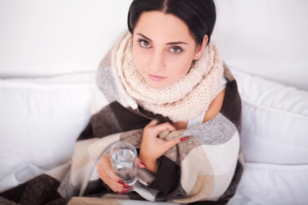Больная женщина с термометром. грипп. женщина простудилась