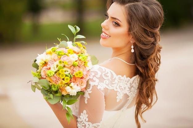 花嫁の手で素敵なウェディングブーケ