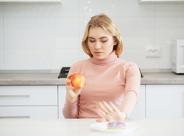 Модель плюс размер делает выбор в пользу здоровой пищи и фруктов, отказываясь от фаст-фуда