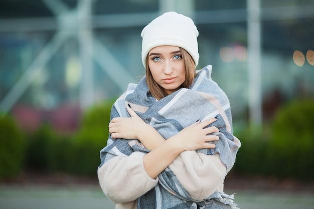 女性のストレス。うつ病に苦しんでいる冬のコートで美しい悲しい絶望的な女性