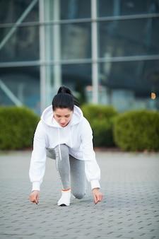 フィットネス。公園-スポーツと健康的なライフスタイルコンセプトで運動の美しい若い女性