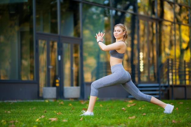 Здоровый образ жизни. фитнес женщина делает упражнения в городской среде