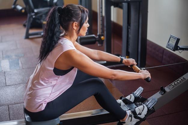 フィットネスジムで腹筋運動をしている女性