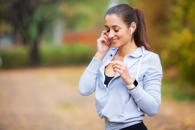 Спортивная женщина после занятий спортом в городской среде