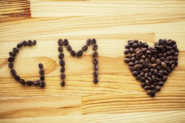 おはようございます。行くコーヒー。木製のテーブルの上のコーヒー豆