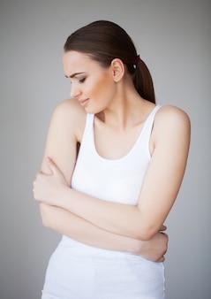 胃の痛み。腹痛に苦しむ女性、腹痛に苦しむ女性