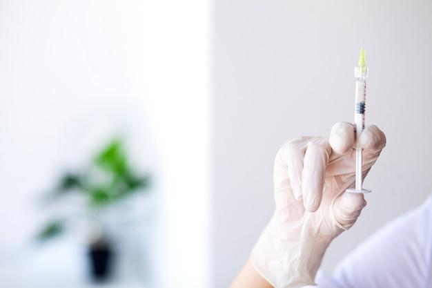 注射器。医師が差止命令患者へのワクチン注射器を準備