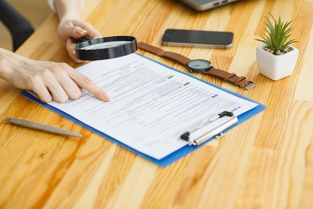 女性の手書きまたは文書の署名