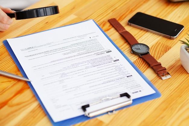 机に座って財務書類会社と仕事をする財務マネージャー