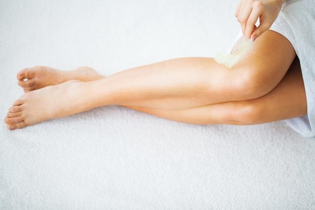 健康な足。スパ。スキンケア。長い女性の足と手