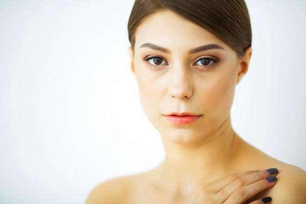 美しさとケア。美しく、純粋な肌を持つ女性。若い女の子