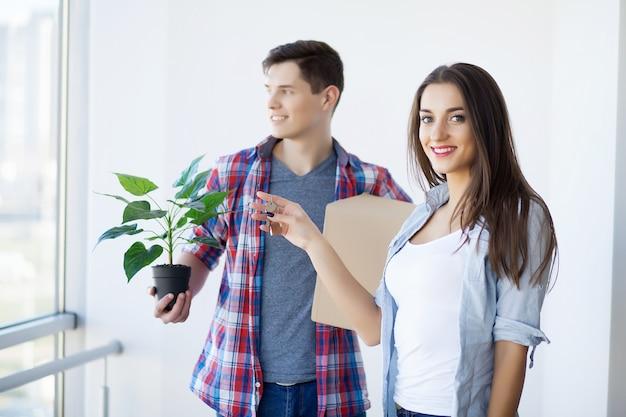 新しい家に移動する若いカップルの肖像画