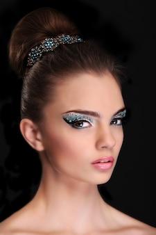 Портрет красивой молодой девушки с модным макияжем, сложенные