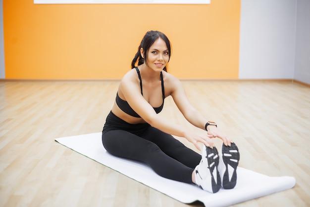 Фитнес женщина делает упражнения на пресс вид сверху. симпатичная девушка тренировки в тренажерном зале