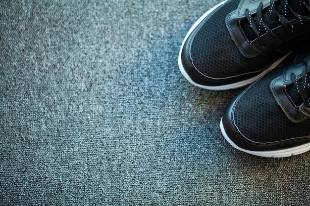 自宅の床に新しいスタイリッシュなスニーカーのペア。