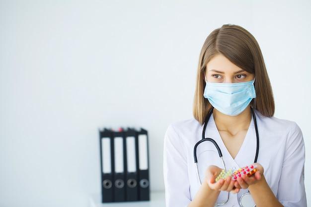 診療所。医療クリニックに立っている若い医者の肖像画