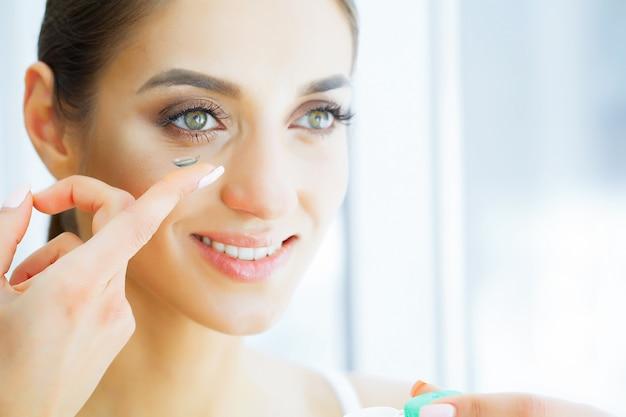美容と健康。緑色の目のドレスで美しい少女