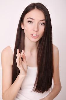 彼女の顔にアンチエイジングクリームを入れて魅力的な女の子