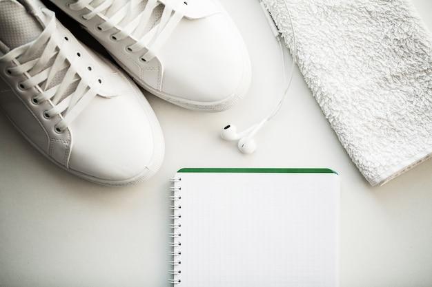 スタイリッシュな白いファッションスニーカー