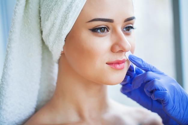 脱毛ワックス女性の体からの除毛ワックス脱毛スパの手順。手順美容師女性。口ひげ