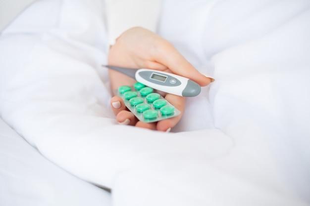 医療薬。ブリスターから錠剤を抽出する女性