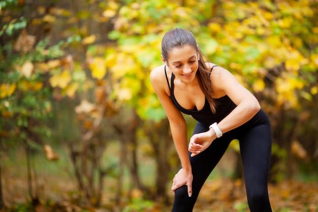 Спортивная женщина после занятий спортом в городской среде.