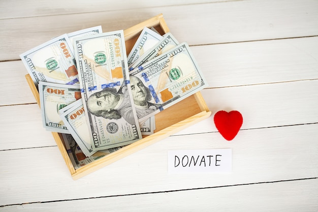 寄付と慈善。寄付。寄付の箱と白の心。