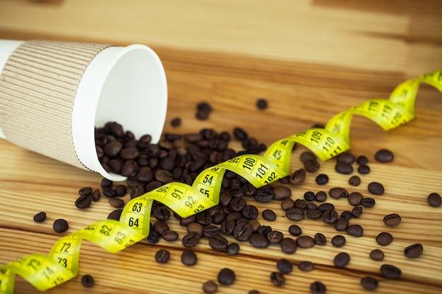 Доброе утро. перерыв на кофе. кофе с собой и бобы на деревянном